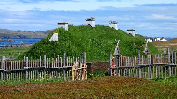 800px-L'Anse_aux_Meadows,_recreated_long_house